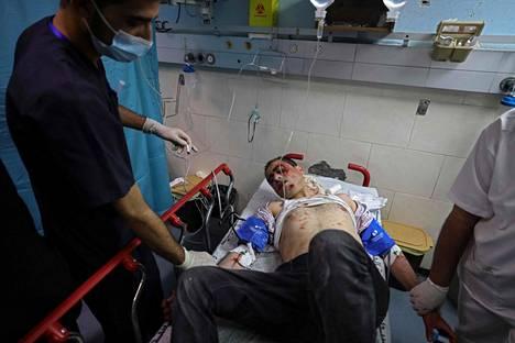 Pommituksissa loukkaantunut palestiinalaismies sai hoitoa al-Shifan sairaalassa Gazassa maanantaina.