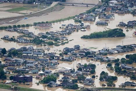 Tulvavesi oli noussut Hitoyoshin kaduille Kumamoton prefektuurissa lauantaina.