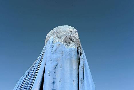 Burkaan pukeutunut afgaaninainen osallistui demokratiaa kannattavaan mielenosoitukseen Kabulissa.