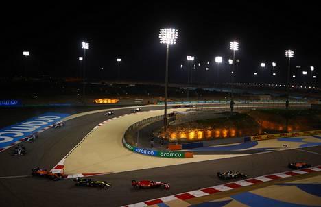 Bahrainin radalla ajetaan iltavalaistuksessa.