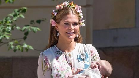 Prinsessa Madeleine on kirjoittanut esikoislastenkirjan. Kuvassa prinsessa sylissään tyttärensä Adrienne.