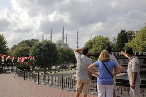 Turisteja menossa tutustumaan Topkapin palatsiin Istanbulissa elokuussa 2015.