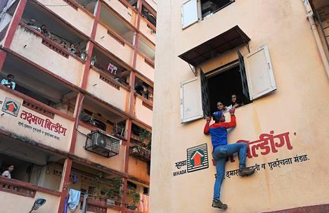 """Intialainen kiipeilijä ja parlamenttivaaliehdokas Gaurav Sharma kiipesi kerrostalon ikkunaan tekemään vaalityötä. Sharma, entinen Mumbain poliisin kamppailulajivalmentaja, on saanut lempinimen """"Intian Hämähäkkimies"""" kiipeämällä melkein kaikkiin korkeisiin taloihin Mumbaissa."""