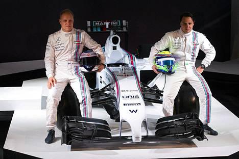Valtteri Bottas ja Felipe Massa poseeraisvat uuden auton kanssa kuukausi sitten.
