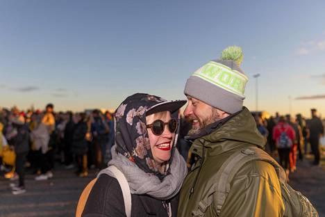 Tiina Arponen Helsingistä ja Miki Leskinen Espoosta varustautuivat lämpimästi Perämeren kovaan pohjoistuuleen.