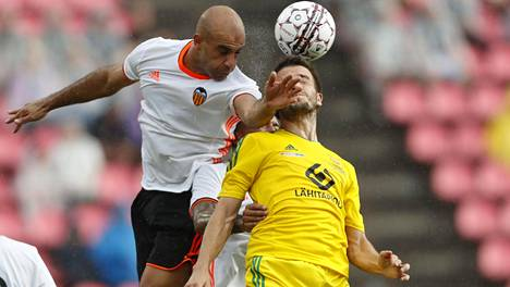 Valencian Abdennour (vas.) ja Ilveksen Pavle Milosavljevic taistelivat lauantain juhlaottelussa.