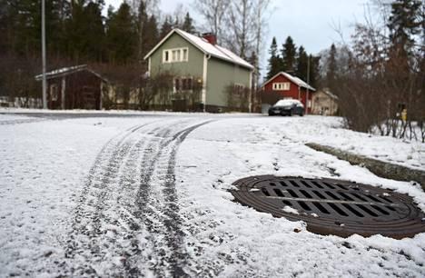 27. joulukuuta: Lyhytikäiseksi jäänyt lumihuntu peitti katua Pitäjänmäessä.