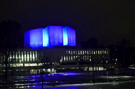 Finlandia-talon torni valaistiin tummansiniseksi perjantai-iltana. Erikoisvalaistuksella muistetaan Uudessa-Seelannin tehtyjen terrori-iskujen uhreja.