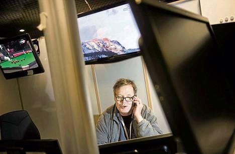 Toimittaja Jarmo Färdig istui keskiviikkona tutulla paikallaan Helsingin Sanomien urheilutoimituksen uutisdeskissä.