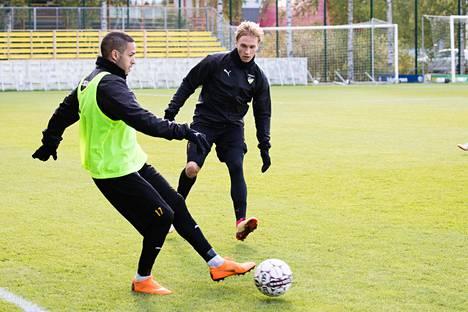 FC Hongan Henri Aalto (takana) kamppaili pallosta Ahmed El-Amranin kanssa harjoituksissa.