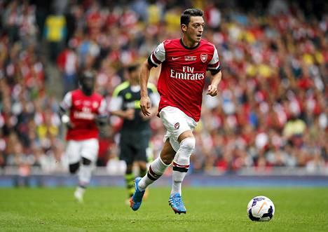 Arsenalin saksalainen keskikenttäpelaaja Mesut Özil järjesteli jokaista joukkueensa maalia 3-1-kotivoitossa Stokesta.