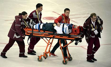 Pekka Jormakka kuljetettiin jäältä paareilla venäläispelaajan törkeän taklauksen jälkeen.