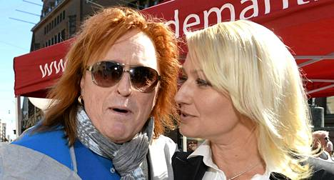Tommi Läntinen esiintyi viime kevään eurovaalikampanjassa myös Maria Guzenina-Richardsonin kanssa.