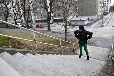 """Severi Kolunsarka teki porrasharjoituksen. """"Tässä treenissä haetaan räjähtävyyttä ja nopeutta. Jalka motoriikkaa enemmän, että pääsee suoraan paikoiltaan ylöspäin nopeasti"""", Kolunsarka kertoo."""