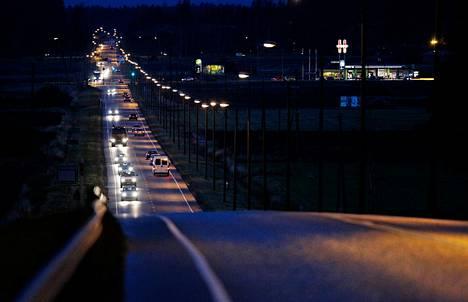 Valtatie 8:lla oli kohtalaisesti liikennettä keskiviikkoiltana Maskussa lähellä Nousiaisten rajaa.