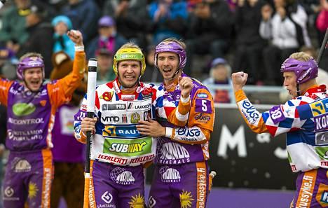 Sotkamon Roope Korhonen ja Kosti Rautiainen tuulettivat juoksua, jota seurasivat sivusta Antti Hartikainen (vas.) ja Jani Komulainen.