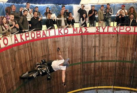 Stuntman Akis Andreou, 38, ajoi moottoripyörää side kasvoillaan lieriön muotoisella areenalla Ateenassa. Andreou on esiintynyt surmanajajana 17-vuotiaasta lähtien.