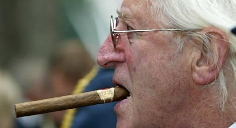Alaikäisten hyväksikäytöstä epäilty BBC:n entinen juontaja Jimmy Savile vuonna 2005. Savile kuoli viime vuonna.