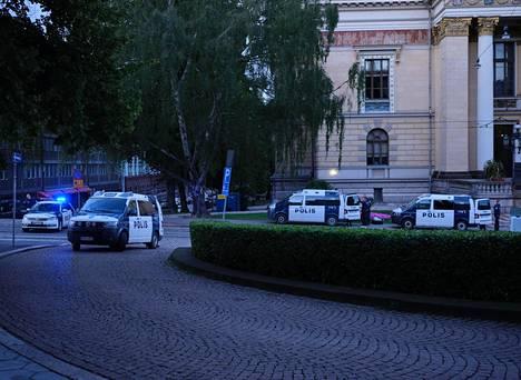 Poliisipartioita Snellmaninkadulla kuvattuna.