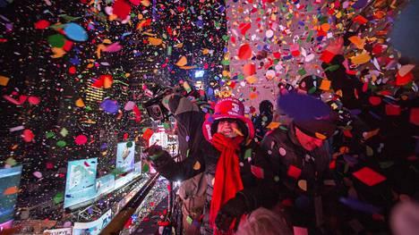 Uudenvuoden juhlijat heittivät paperisilppua ilmaan Times Squarella vuoden 2015 ensihetkillä.