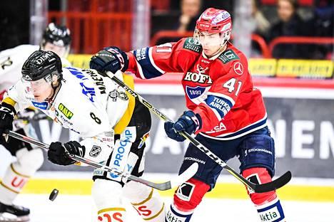 HIFK voitti kuudennen ottelun kotikentällään 4–3 jatkoerässä. Puolustaja Miro Heiskanen kamppaili kiekosta Kärppien hyökkääjän Saku Mäenalasen kanssa.