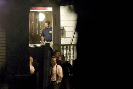 Liittovaltion poliisin FBI:n agentit tutkivat asuntoa, josta kolme lähes vuosikymmen sitten kadonnutta naista löytyi maanantaina.