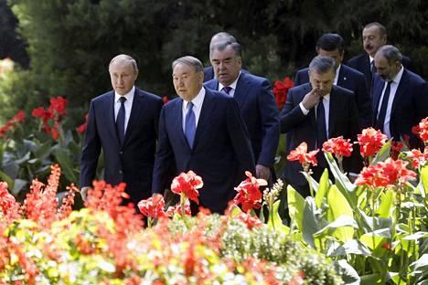 Venäjän presidentti Vladimir Putin (vas.) ja Kazakstanin presidentti Nursultan Nazarbajev (toinen vas.) osallistuivat syyskuun lopulla Itsenäisten valtioiden yhteisön huippukokoukseen Tadžikistanin pääkaupungissa Dušanbessa.