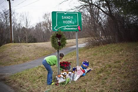PIKKUKOULULAISTEN JOUKKOSURMA. Yhdysvaltain Connecticutin osavaltiossa sijaitsevassa Sandy Hookin alakoulussa ammuttiin yhteensä 28 ihmistä, joista 20 oli lapsia. Tapaus sai aikaan aselakien tiukennusvaatimuksia, mutta silti vapaata aseenkantooikeutta kannatetaan yhä Yhdysvalloissa. Vuosikymmenen lopussa joukkoampumisia tapahtui Yhdysvalloissa tiheään tahtiin.