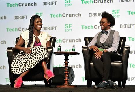 Uberin brändijohtaja Bozoma Saint John (vas.) kiertää maailmaa puhumassa naisjohtajuudesta ja teknologiasta. Viime syyskuussa hän esiintyi TechCrunchin tapahtumassa, jossa häntä haastatteli Megan Rose Dickey.