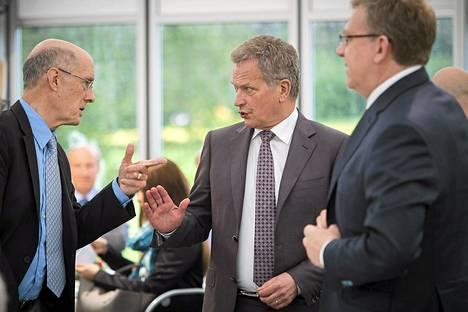 Strobe Talbott (vas.) keskusteli sunnuntaina presidentti Sauli Niinistön ja Venäjän entisen valtiovarainministerin Aleksei Kudrinin kanssa.
