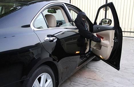 Saudinainen katsoo ulos autostaan Jeddan kaupungissa vuonna 2011.