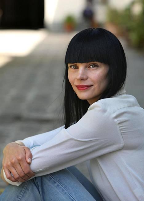 Pihla Hintikka on Pariisissa asuva toimittaja ja kirjailija, joka kirjoittaa muodista suomalaisiin lehtiin.