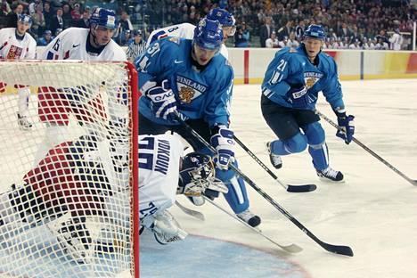 Jarkko Ruutu ja Mikko Koivu ajoivat Tomas Vokounin vartioimalle Tsekin maalille Torinon olympialaisissa 2006. Suomi saavutti kisoista lopulta hopeaa.
