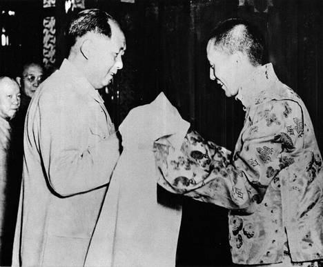 Dalai-lama (oik.) ojensi valkoisen silkkihuivin Kiinan presidentille Mao Zedongille Pekingissä vuonna 1954.