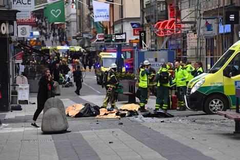 Neljä ihmistä sai surmansa, kun kuorma-auto ajoi väkijoukkoon ja tavaratalon alakertaan.