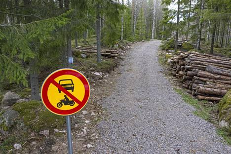 Metsäautotie on kunnostettu, jotta Munasuolle pääsee isoilla metsäkoneilla.