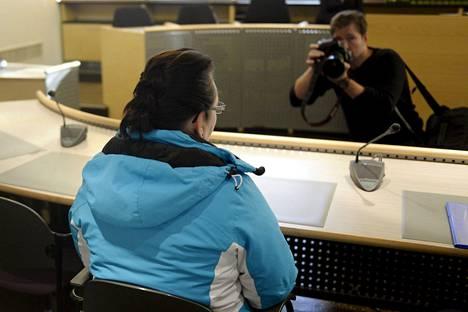 Myrkytysjuttuun sotkeutunut 42-vuotias nainen Varsinais-Suomen käräjäoikeudessa torstaina 30. lokakuuta 2014.
