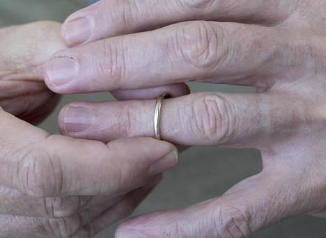 Avioero on lähtökohtaisesti puolen vuoden harkinta-ajan sisältävä prosessi, jota on haettava käräjäoikeudelta.