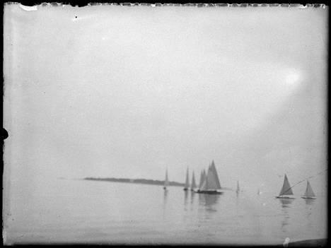 Purjeveneitä Suvisaariston edustalla. Kuva on otettu vuosien 1915-1930 välisenä aikana.