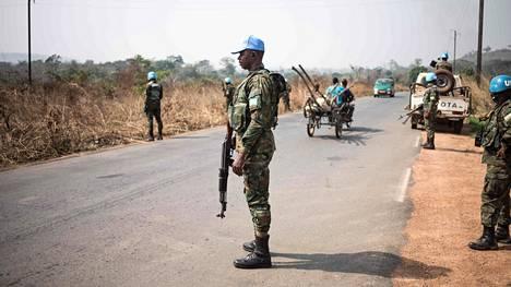 Ruandalainen rauhanturvaaja vartioi tarkastuspistettä Keski-Afrikan tasavallan pääkaupunki Banguista Damaraan. Kuva on otettu 13. tammikuuta.
