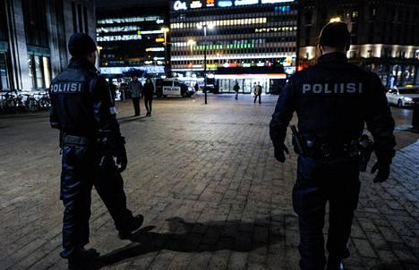 Poliisit partioivat Helsingin rautatieasemalla.