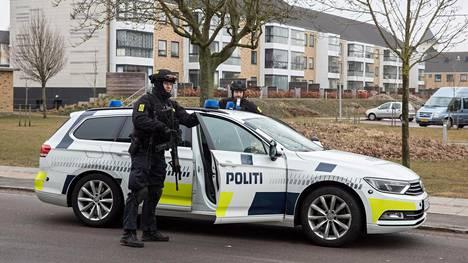 Kiväärein varustautuneet poliisit ilmestyivät näkyviin sen jälkeen, kun ohi kulkeneista miehistä yksi näytti poliisille keskisormea.
