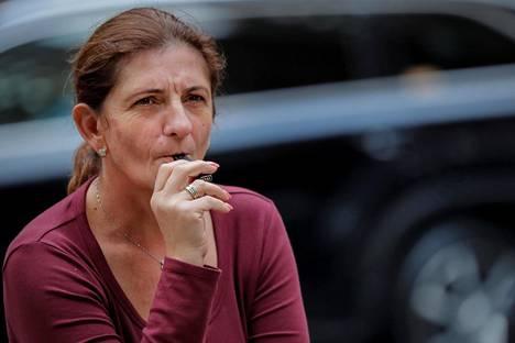 Nainen poltti sähkösavuketta New Yorkissa syyskuussa 2018.