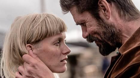 Laura Birn ja Tommi Korpela Veiko Õunpuun ohjaamassa Viimeiset-elokuvassa.