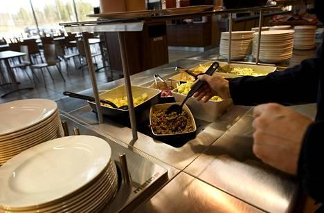 Huoltoaseman hiljainen lounasbuffet Hyvinkäällä maaliskuussa.
