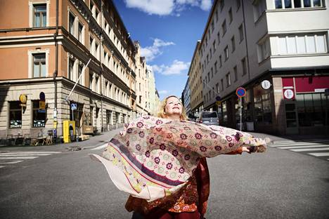 Kun Riku Järvinen kuoli, puoliso Kiki Raution maailma romahti. Suruaika on kestänyt kauan, mutta nyt Rautio on pystynyt kokoamaan Järvisen yhtyeen uudelleen, ja nyt tämän kappaleet julkaistaan myös levyllä. Ilokin on palannut elämään.