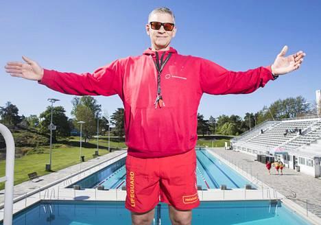 Helsingin uimastadionin uimavalvoja Patrik Lundqvist toivottaa asiakkaat tervetulleeksi.
