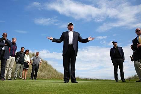 Donald Trumpin kulmikas vaalikampanja on saanut asiakkaita muun muassa perumaan hotellivarauksiaan Trumpin hotelleissa ja golfkeskuksissa. Trump esitteli medialle golfkenttäänsä Skotlannin Aberdeenissa kesäkuussa.