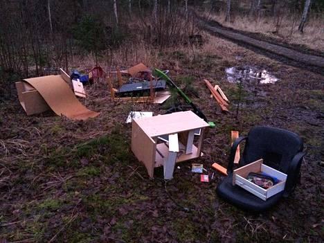 Metsätien varrelle on raahattu monenlaista jätettä.