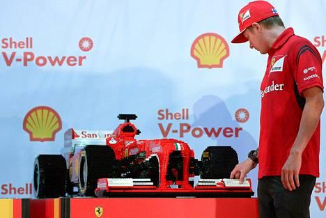 Kimi Räikkönen tutki legopalikoista rakennettua formula-autoa Singaporessa järjesteyssä tiedotustilaisuudessa.